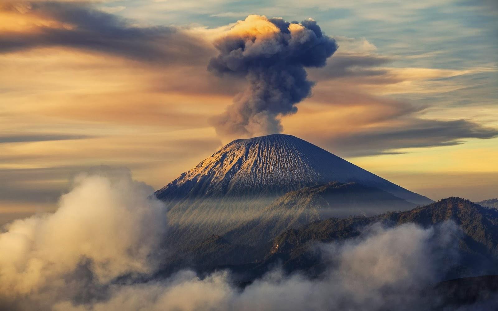 Wisata alam Gunung Semeru dan Legendanya
