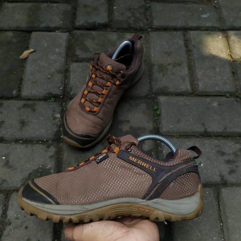 Sepatu gunung Bromo